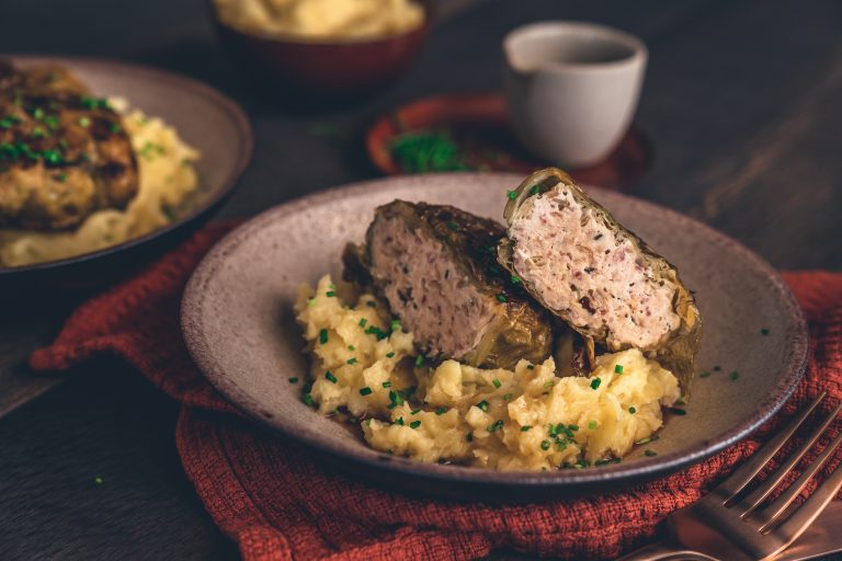 Rezept für eine wahnsinns Wirsingroualde vom Huhn . Eine leckere Kohroulade aus Wirsing und gefüllt mit Geflügelhackfleisch - perfekt bei fettärmerer Ernährung! #lowfat #hähnchen #soulfood #deftig #rezepte