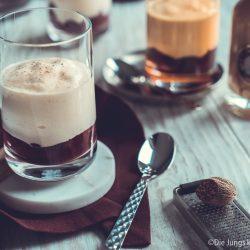 V2 Eierlikör Mousse Verporrten 2 | Heute haben wir mal wieder gemeinsam mit VERPOORTEN ein leckeres Dessert für euch. Womit man wirklich nie etwas falsch macht, ist ein Dessert im Glas und genau das stand auch auf dem Plan! Ich liebe Cremes mit einer moussigen Konsistenz, aber ich wollte auch mal ein Dessert kreieren, das man schnell zubereiten kann und auch zwischendurch gut essen kann. Ihr wisst ja, Dessert geht bei mir immer. Unsere Eierlikör-Mousse mit Kirschen ist genau so ein Dessert und das aus mehreren Gründen!