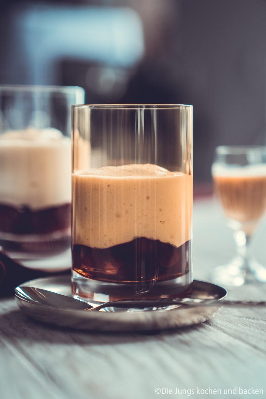 V2 Eierlik%C3%B6r Mousse Verporrten 6 1 | Heute haben wir mal wieder gemeinsam mit VERPOORTEN ein leckeres Dessert für euch. Womit man wirklich nie etwas falsch macht, ist ein Dessert im Glas und genau das stand auch auf dem Plan! Ich liebe Cremes mit einer moussigen Konsistenz, aber ich wollte auch mal ein Dessert kreieren, das man schnell zubereiten kann und auch zwischendurch gut essen kann. Ihr wisst ja, Dessert geht bei mir immer. Unsere Eierlikör-Mousse mit Kirschen ist genau so ein Dessert und das aus mehreren Gründen!