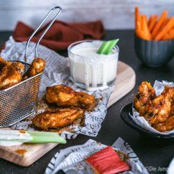 Buffalo Wings 5 | Ich bin wirklich so happy, dass wir euch dieses Rezept nun endlich einmal vorstellen können! Wir beide, aber vor allem ich, sind absolute Chicken Wings Fans. Für mich könnte es jeden Tag welche geben. Vor allem Hot Wings oder Buffalo Wings. Das ist zwar nicht für jeden etwas, aber diejenigen von euch, die Schärfe lieben, die müssen unsere Wings unbedingt ausprobieren.