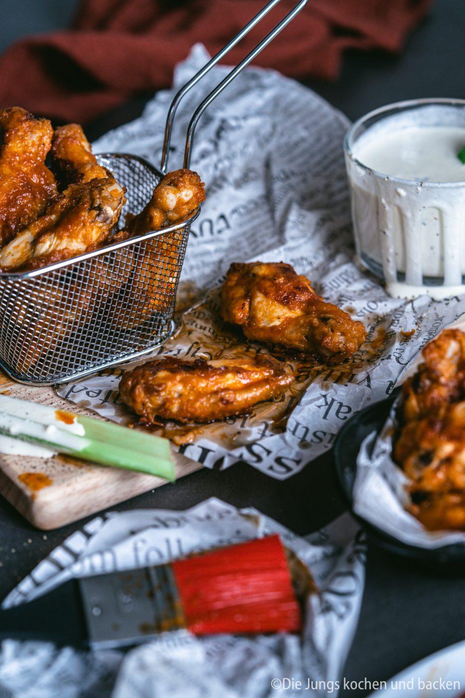 Buffalo Wings 9 | Ich bin wirklich so happy, dass wir euch dieses Rezept nun endlich einmal vorstellen können! Wir beide, aber vor allem ich, sind absolute Chicken Wings Fans. Für mich könnte es jeden Tag welche geben. Vor allem Hot Wings oder Buffalo Wings. Das ist zwar nicht für jeden etwas, aber diejenigen von euch, die Schärfe lieben, die müssen unsere Wings unbedingt ausprobieren.