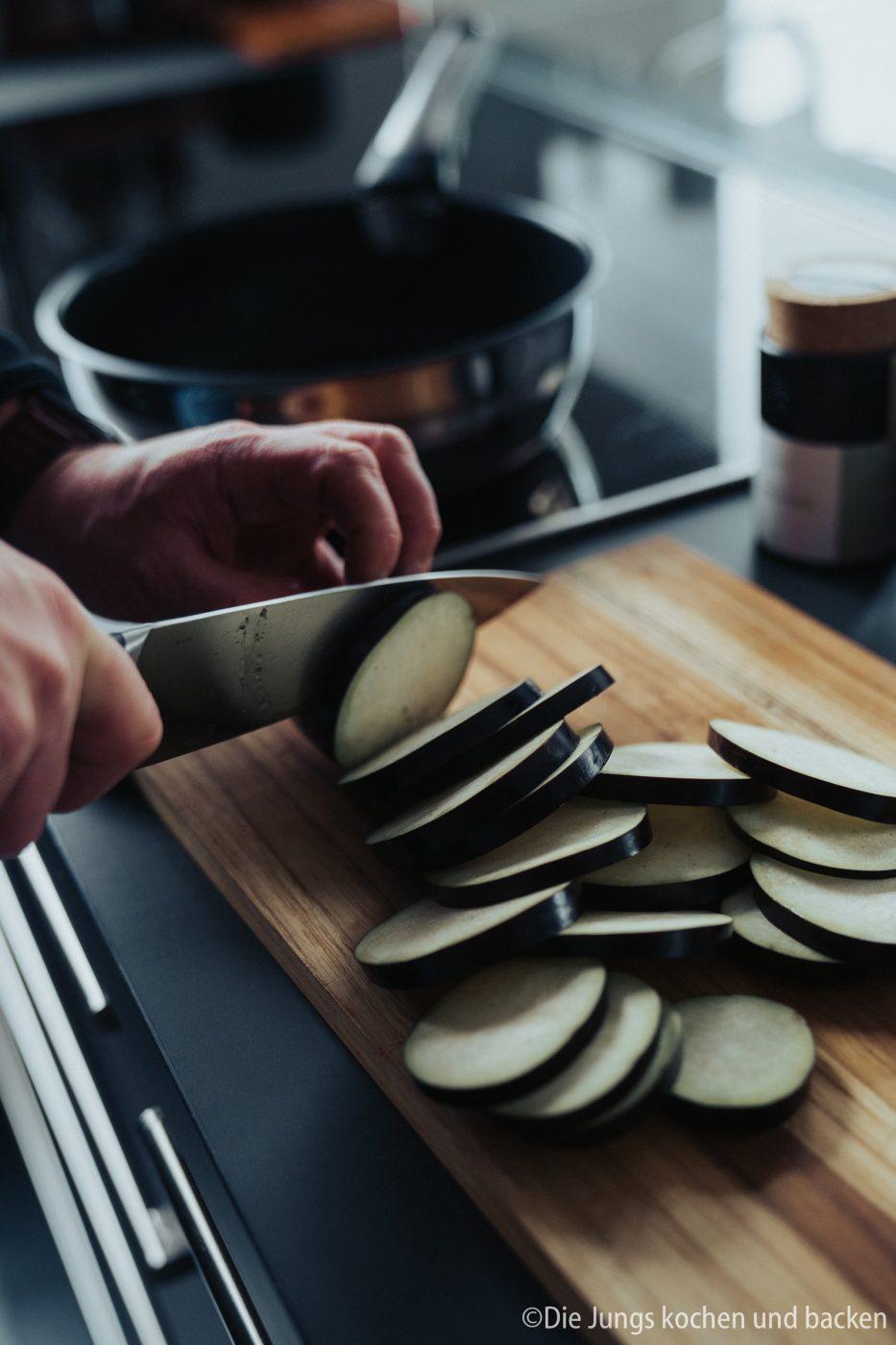 Tefal Schweinefilet italienisch 1 | Wir hatten schon ewig nichts Überbackenes mehr für euch hier und auch bei uns auf dem Tisch. Zu einem gemütlichen Spielenachmittag mit Freunden hatten wir aber richtig Lust auf ein leckeres Gericht, das mit Käse überbacken wird. Es sollte praktisch sein, gut vorzubereiten und nicht so ganz aufwändig. All das sind unsere überbackenen Schweinemedaillons mit Aubergine. Ein guter Grund dafür - es kommt in eine Pfanne, die Pfanne in den Ofen und dann auch auf den Tisch! Was ist das also für eine neue Pfanne??