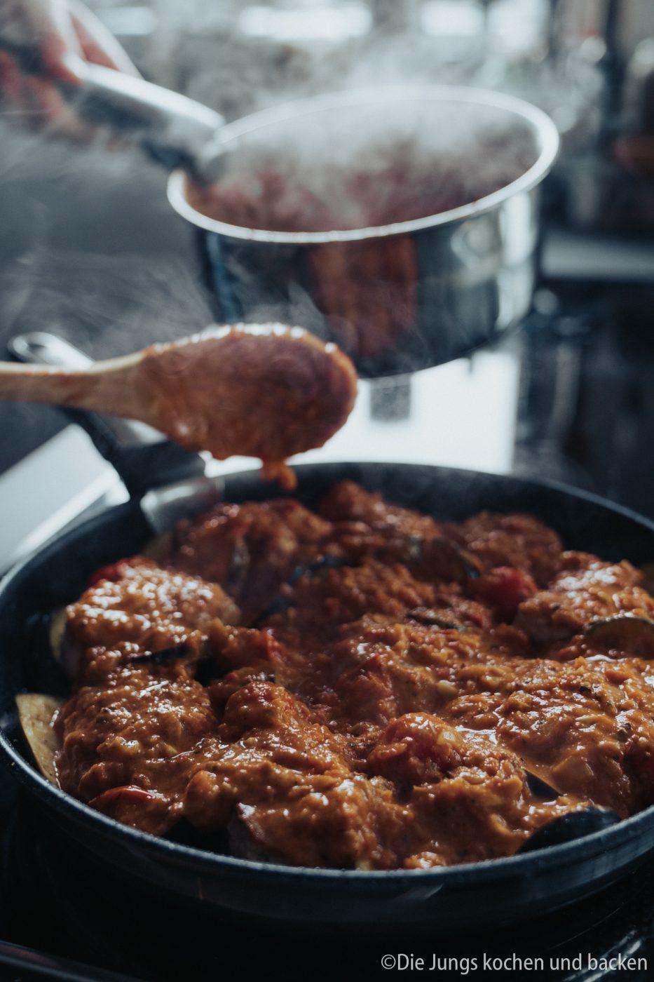 Tefal Schweinefilet italienisch 10 | Wir hatten schon ewig nichts Überbackenes mehr für euch hier und auch bei uns auf dem Tisch. Zu einem gemütlichen Spielenachmittag mit Freunden hatten wir aber richtig Lust auf ein leckeres Gericht, das mit Käse überbacken wird. Es sollte praktisch sein, gut vorzubereiten und nicht so ganz aufwändig. All das sind unsere überbackenen Schweinemedaillons mit Aubergine. Ein guter Grund dafür - es kommt in eine Pfanne, die Pfanne in den Ofen und dann auch auf den Tisch! Was ist das also für eine neue Pfanne??