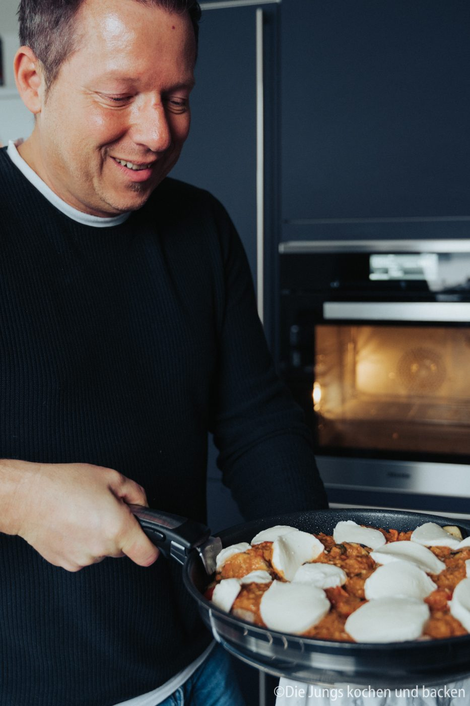 Tefal Schweinefilet italienisch 12 | Wir hatten schon ewig nichts Überbackenes mehr für euch hier und auch bei uns auf dem Tisch. Zu einem gemütlichen Spielenachmittag mit Freunden hatten wir aber richtig Lust auf ein leckeres Gericht, das mit Käse überbacken wird. Es sollte praktisch sein, gut vorzubereiten und nicht so ganz aufwändig. All das sind unsere überbackenen Schweinemedaillons mit Aubergine. Ein guter Grund dafür - es kommt in eine Pfanne, die Pfanne in den Ofen und dann auch auf den Tisch! Was ist das also für eine neue Pfanne??