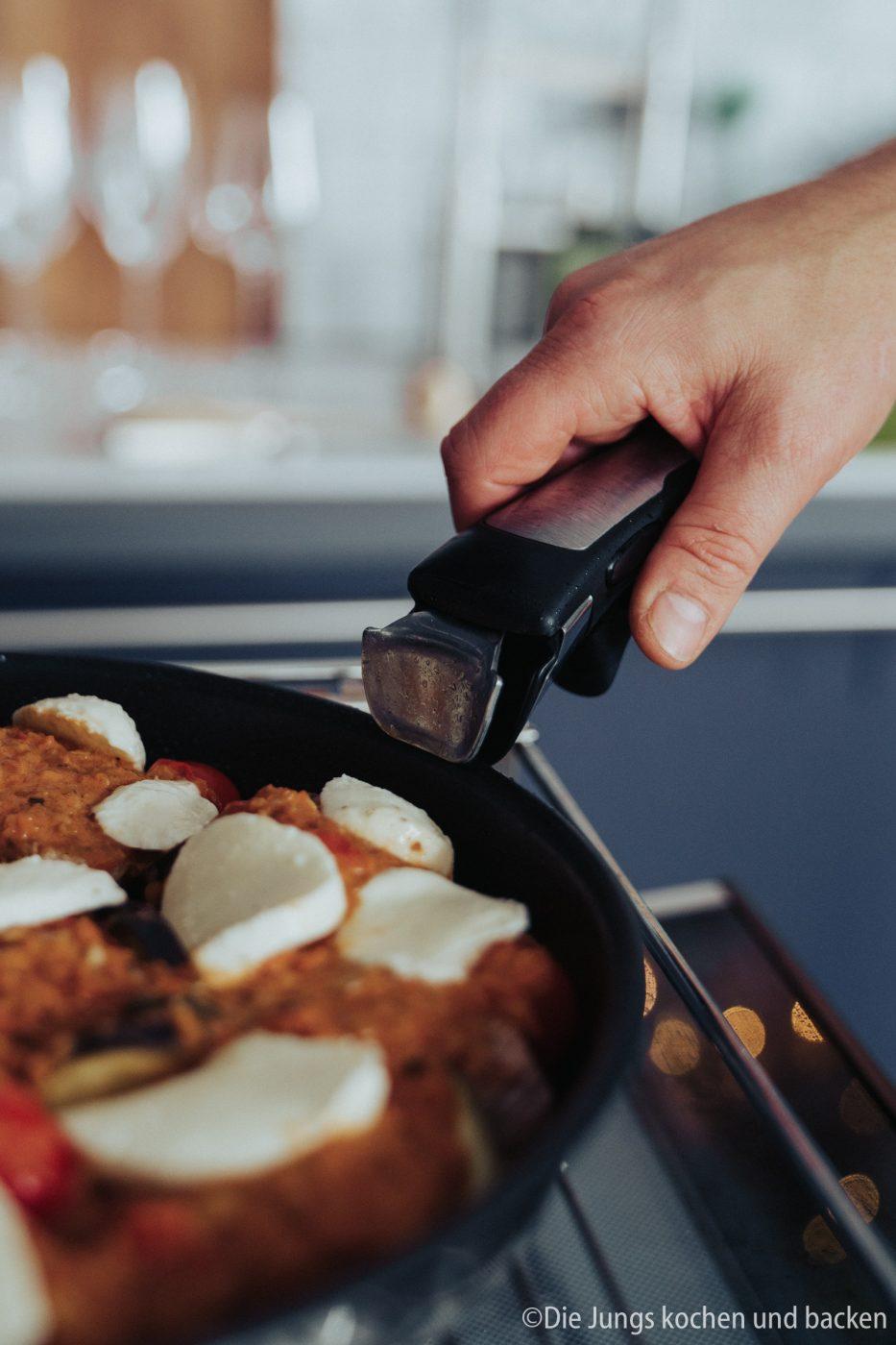 Tefal Schweinefilet italienisch 13 | Wir hatten schon ewig nichts Überbackenes mehr für euch hier und auch bei uns auf dem Tisch. Zu einem gemütlichen Spielenachmittag mit Freunden hatten wir aber richtig Lust auf ein leckeres Gericht, das mit Käse überbacken wird. Es sollte praktisch sein, gut vorzubereiten und nicht so ganz aufwändig. All das sind unsere überbackenen Schweinemedaillons mit Aubergine. Ein guter Grund dafür - es kommt in eine Pfanne, die Pfanne in den Ofen und dann auch auf den Tisch! Was ist das also für eine neue Pfanne??