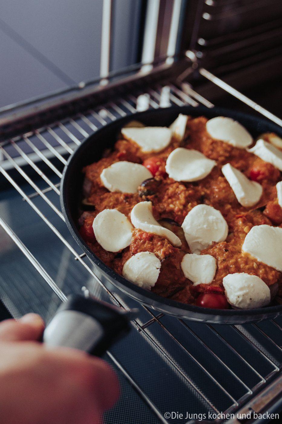 Tefal Schweinefilet italienisch 15 | Wir hatten schon ewig nichts Überbackenes mehr für euch hier und auch bei uns auf dem Tisch. Zu einem gemütlichen Spielenachmittag mit Freunden hatten wir aber richtig Lust auf ein leckeres Gericht, das mit Käse überbacken wird. Es sollte praktisch sein, gut vorzubereiten und nicht so ganz aufwändig. All das sind unsere überbackenen Schweinemedaillons mit Aubergine. Ein guter Grund dafür - es kommt in eine Pfanne, die Pfanne in den Ofen und dann auch auf den Tisch! Was ist das also für eine neue Pfanne??