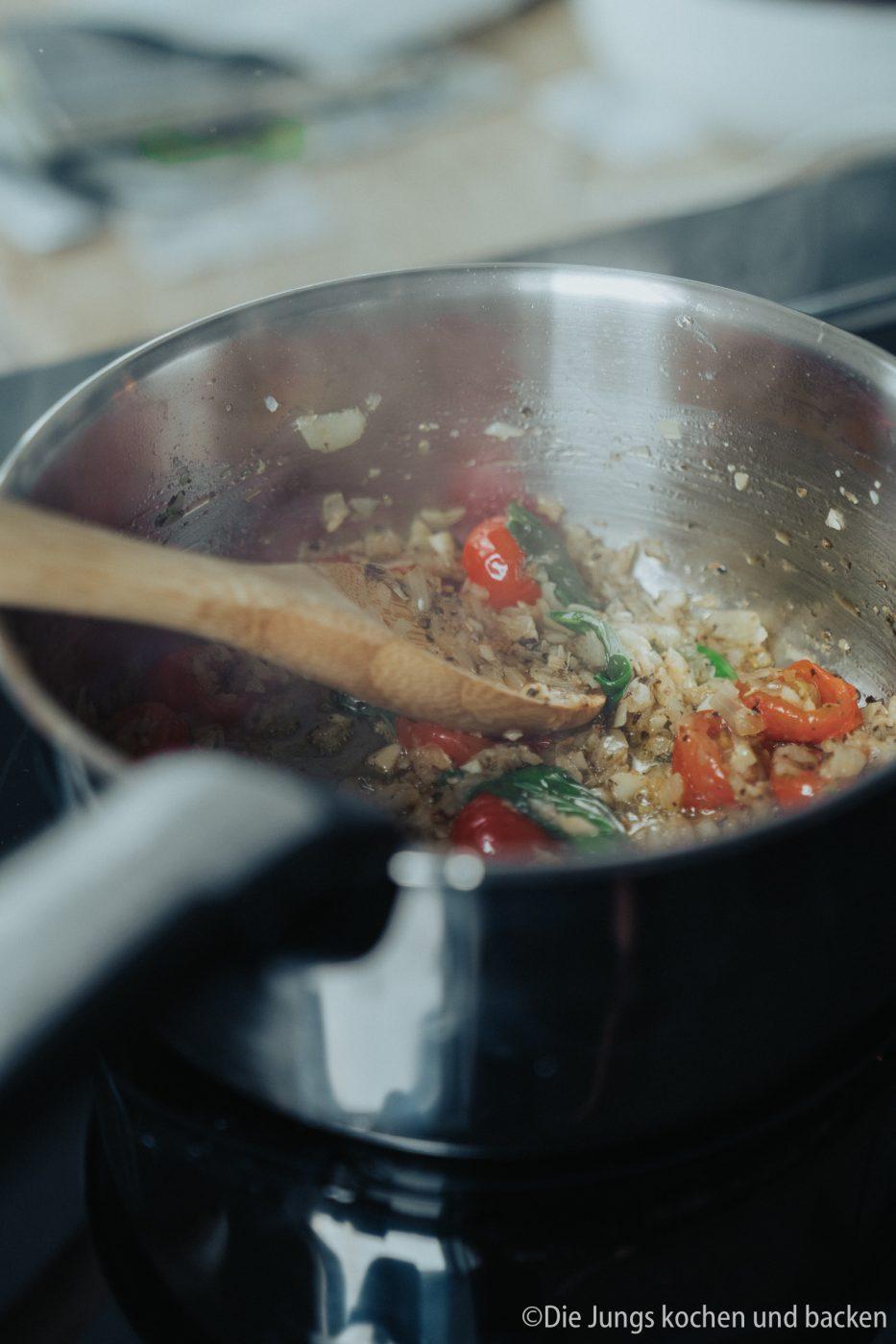 Tefal Schweinefilet italienisch 2 | Wir hatten schon ewig nichts Überbackenes mehr für euch hier und auch bei uns auf dem Tisch. Zu einem gemütlichen Spielenachmittag mit Freunden hatten wir aber richtig Lust auf ein leckeres Gericht, das mit Käse überbacken wird. Es sollte praktisch sein, gut vorzubereiten und nicht so ganz aufwändig. All das sind unsere überbackenen Schweinemedaillons mit Aubergine. Ein guter Grund dafür - es kommt in eine Pfanne, die Pfanne in den Ofen und dann auch auf den Tisch! Was ist das also für eine neue Pfanne??