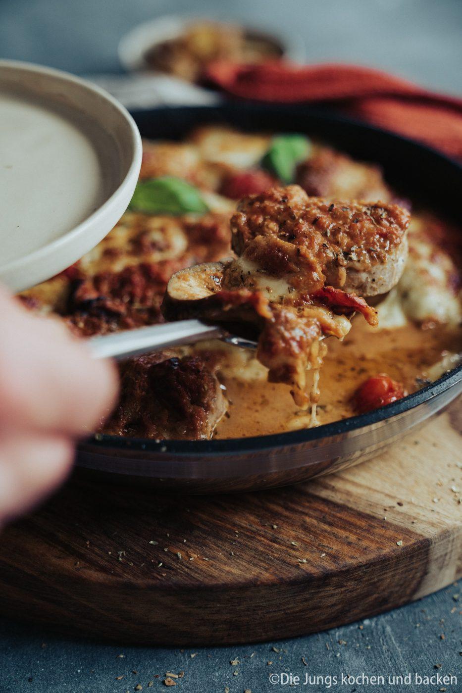Tefal Schweinefilet italienisch 20 | Wir hatten schon ewig nichts Überbackenes mehr für euch hier und auch bei uns auf dem Tisch. Zu einem gemütlichen Spielenachmittag mit Freunden hatten wir aber richtig Lust auf ein leckeres Gericht, das mit Käse überbacken wird. Es sollte praktisch sein, gut vorzubereiten und nicht so ganz aufwändig. All das sind unsere überbackenen Schweinemedaillons mit Aubergine. Ein guter Grund dafür - es kommt in eine Pfanne, die Pfanne in den Ofen und dann auch auf den Tisch! Was ist das also für eine neue Pfanne??