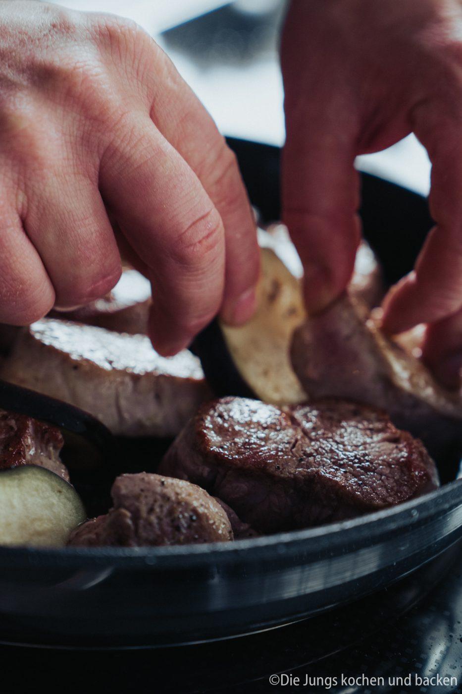 Tefal Schweinefilet italienisch 8 | Wir hatten schon ewig nichts Überbackenes mehr für euch hier und auch bei uns auf dem Tisch. Zu einem gemütlichen Spielenachmittag mit Freunden hatten wir aber richtig Lust auf ein leckeres Gericht, das mit Käse überbacken wird. Es sollte praktisch sein, gut vorzubereiten und nicht so ganz aufwändig. All das sind unsere überbackenen Schweinemedaillons mit Aubergine. Ein guter Grund dafür - es kommt in eine Pfanne, die Pfanne in den Ofen und dann auch auf den Tisch! Was ist das also für eine neue Pfanne??