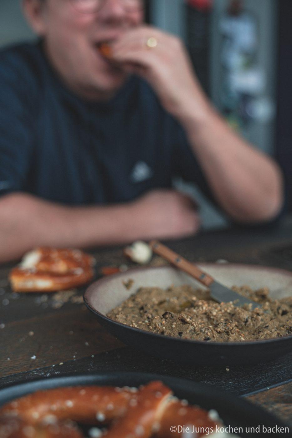 Veganer Aufstrich 7 | Wir sind absolute Fans von tollem selbstgebackenem Brot und dazu gehören eben auch Aufstriche. Davon findet man auf dem Blog schon so einige und es werden mit Sicherheit noch mehr. Da wir auch immer wieder darauf achten den Fleischkonsum gering und bei hoher Qualität zu halten, sind Aufstriche immer eine wunderbarer vegetarischer Aufstrich aufs Brot. Und heute kommt bei uns sogar veganer Aufstrich mit Aubergine auf den Tisch.