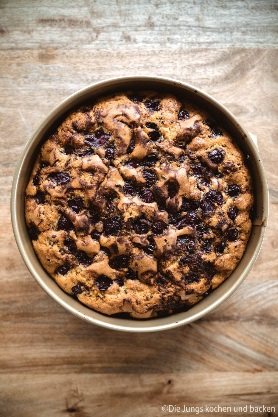 Versenkter Kirschkuchen 1 | Keine Ahnung, wie das bei euch ist?! Bei mir gibt es einfach diese Kuchen-Jieper - dann muss ein leckeres Stück Kuchen her! Scheinbar liegt das bei mir in der Familie, daher haben wir ein tolles und super simples Familienrezept für einen versenkten Kirschkuchen für euch. Denn ein saftig, fruchtiger und schokoladiger Kuchen ist doch eine dieser Sachen, denen niemand widerstehen kann, oder!