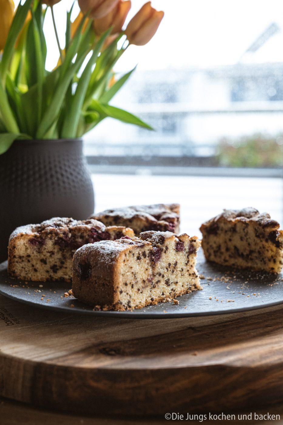 Versenkter Kirschkuchen 8 | Keine Ahnung, wie das bei euch ist?! Bei mir gibt es einfach diese Kuchen-Jieper - dann muss ein leckeres Stück Kuchen her! Scheinbar liegt das bei mir in der Familie, daher haben wir ein tolles und super simples Familienrezept für einen versenkten Kirschkuchen für euch. Denn ein saftig, fruchtiger und schokoladiger Kuchen ist doch eine dieser Sachen, denen niemand widerstehen kann, oder!