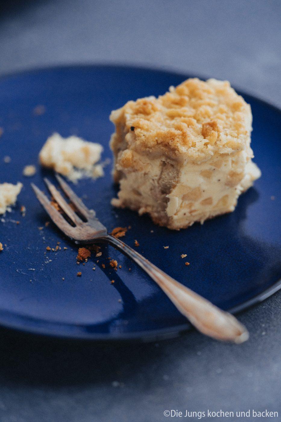 Apfel Schmandkuchen 14 | Es kann nicht genug Apfelkuchen geben!! Da gehen uns auch selten die Ideen aus und wir machen einen Apfelkuchen auch gerne wieder und wieder. Oft läuft es aber so, dass wir verschiedene Teile von Rezepten wild kombinieren, in einen Topf werfen und dann kommt gerade mit Apfel zu 99,9999% etwas mega leckeres raus. So eben auch bei unserem Apfel-Schmandkuchen.