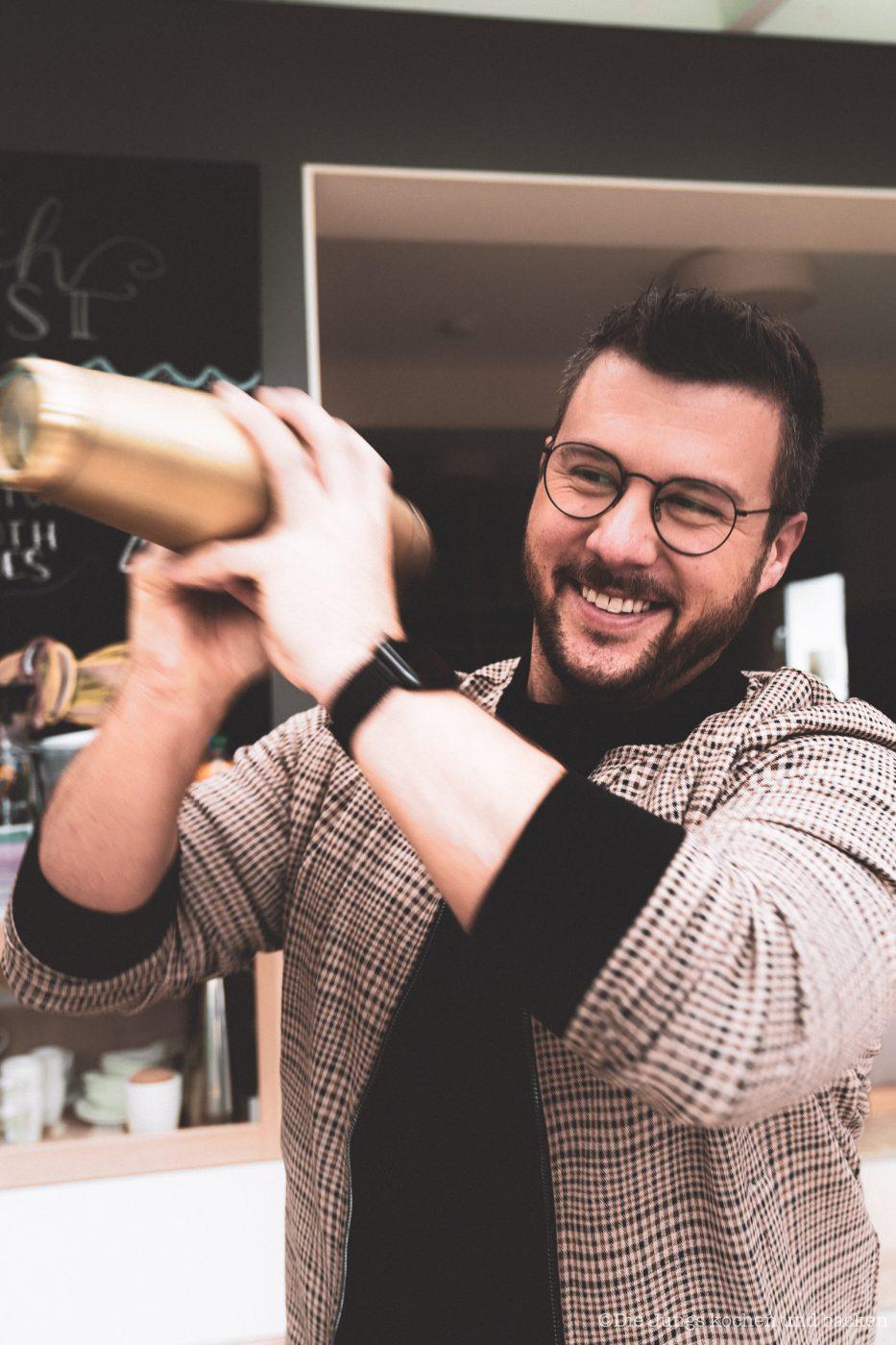 Coffee Eggnog 1 | An Ostern steht der Eierlikör immer hoch im Kurs ... ok, den Rest des Jahres auch. Aber gerade um die Ostertage basteln wir immer an extra vielen Rezepten um unser Lieblingsgetränk. Als wir uns mit Maja, Mika, Theres und Benni zum Osterbrunch verabredet haben, war schon mal schnell klar, dass ich einen Begrüßungsdrink zaubern möchte! So ein Osterbrunch kann ja auch gerne mal mit einem Cocktail starten - ist ja ein Feiertag! Unser Coffee Eggnog war der perfekte Begrüßungsdrink zum Food.Blog.Friends Osterbrunch - außerdem zählt er zu den nicht mehr so bekannten Eggnog Cocktails.