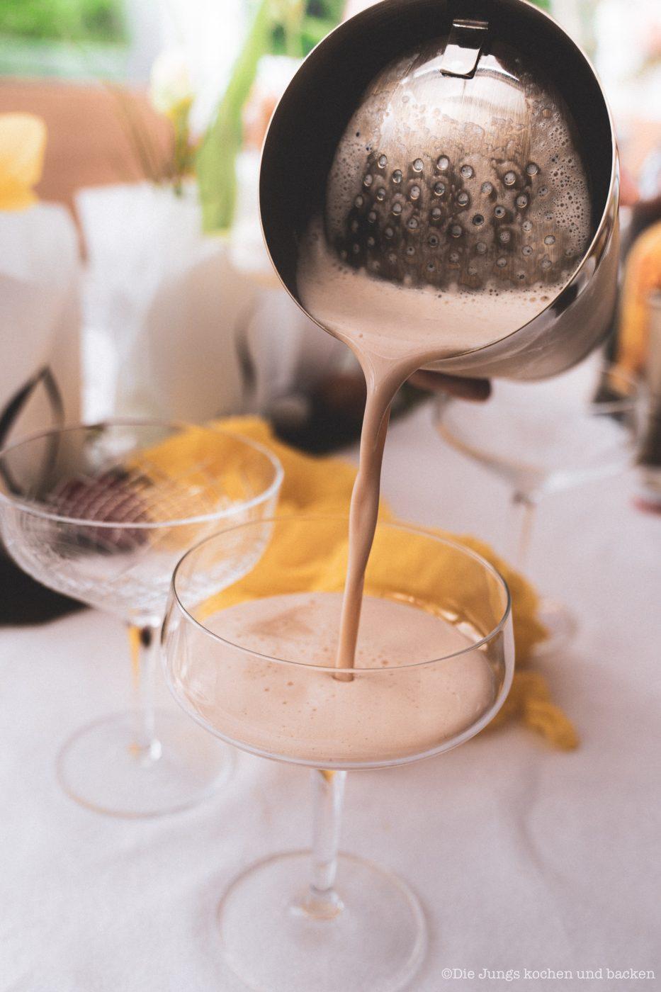 Coffee Eggnog 2 | An Ostern steht der Eierlikör immer hoch im Kurs ... ok, den Rest des Jahres auch. Aber gerade um die Ostertage basteln wir immer an extra vielen Rezepten um unser Lieblingsgetränk. Als wir uns mit Maja, Mika, Theres und Benni zum Osterbrunch verabredet haben, war schon mal schnell klar, dass ich einen Begrüßungsdrink zaubern möchte! So ein Osterbrunch kann ja auch gerne mal mit einem Cocktail starten - ist ja ein Feiertag! Unser Coffee Eggnog war der perfekte Begrüßungsdrink zum Food.Blog.Friends Osterbrunch - außerdem zählt er zu den nicht mehr so bekannten Eggnog Cocktails.