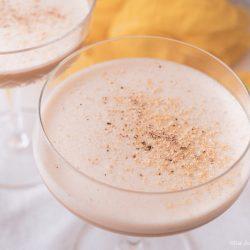 Coffee Eggnog 6 | An Ostern steht der Eierlikör immer hoch im Kurs ... ok, den Rest des Jahres auch. Aber gerade um die Ostertage basteln wir immer an extra vielen Rezepten um unser Lieblingsgetränk. Als wir uns mit Maja, Mika, Theres und Benni zum Osterbrunch verabredet haben, war schon mal schnell klar, dass ich einen Begrüßungsdrink zaubern möchte! So ein Osterbrunch kann ja auch gerne mal mit einem Cocktail starten - ist ja ein Feiertag! Unser Coffee Eggnog war der perfekte Begrüßungsdrink zum Food.Blog.Friends Osterbrunch - außerdem zählt er zu den nicht mehr so bekannten Eggnog Cocktails.