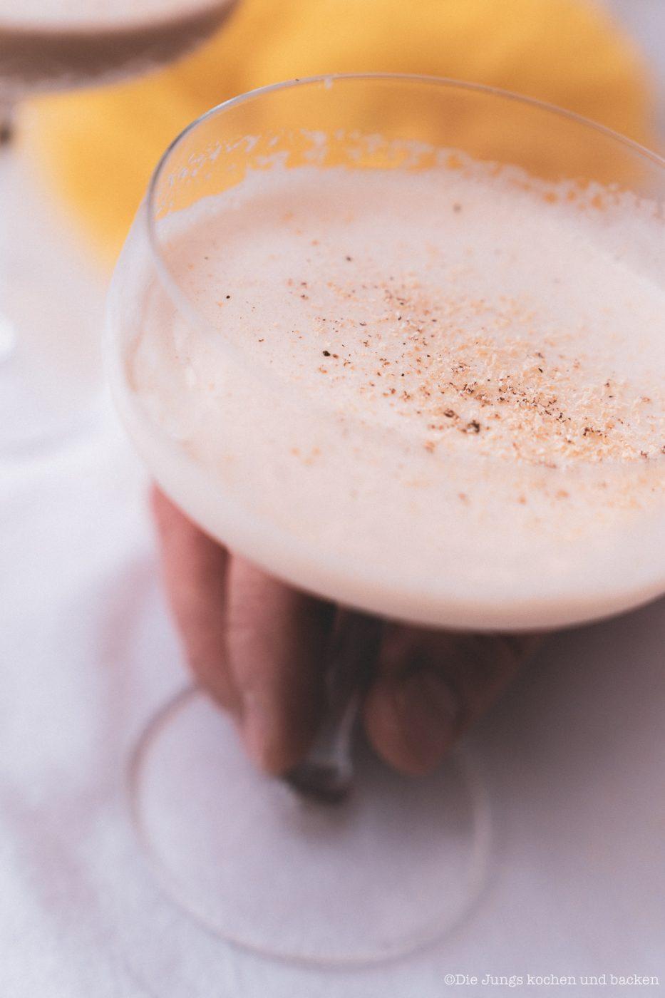 Coffee Eggnog 8 | An Ostern steht der Eierlikör immer hoch im Kurs ... ok, den Rest des Jahres auch. Aber gerade um die Ostertage basteln wir immer an extra vielen Rezepten um unser Lieblingsgetränk. Als wir uns mit Maja, Mika, Theres und Benni zum Osterbrunch verabredet haben, war schon mal schnell klar, dass ich einen Begrüßungsdrink zaubern möchte! So ein Osterbrunch kann ja auch gerne mal mit einem Cocktail starten - ist ja ein Feiertag! Unser Coffee Eggnog war der perfekte Begrüßungsdrink zum Food.Blog.Friends Osterbrunch - außerdem zählt er zu den nicht mehr so bekannten Eggnog Cocktails.