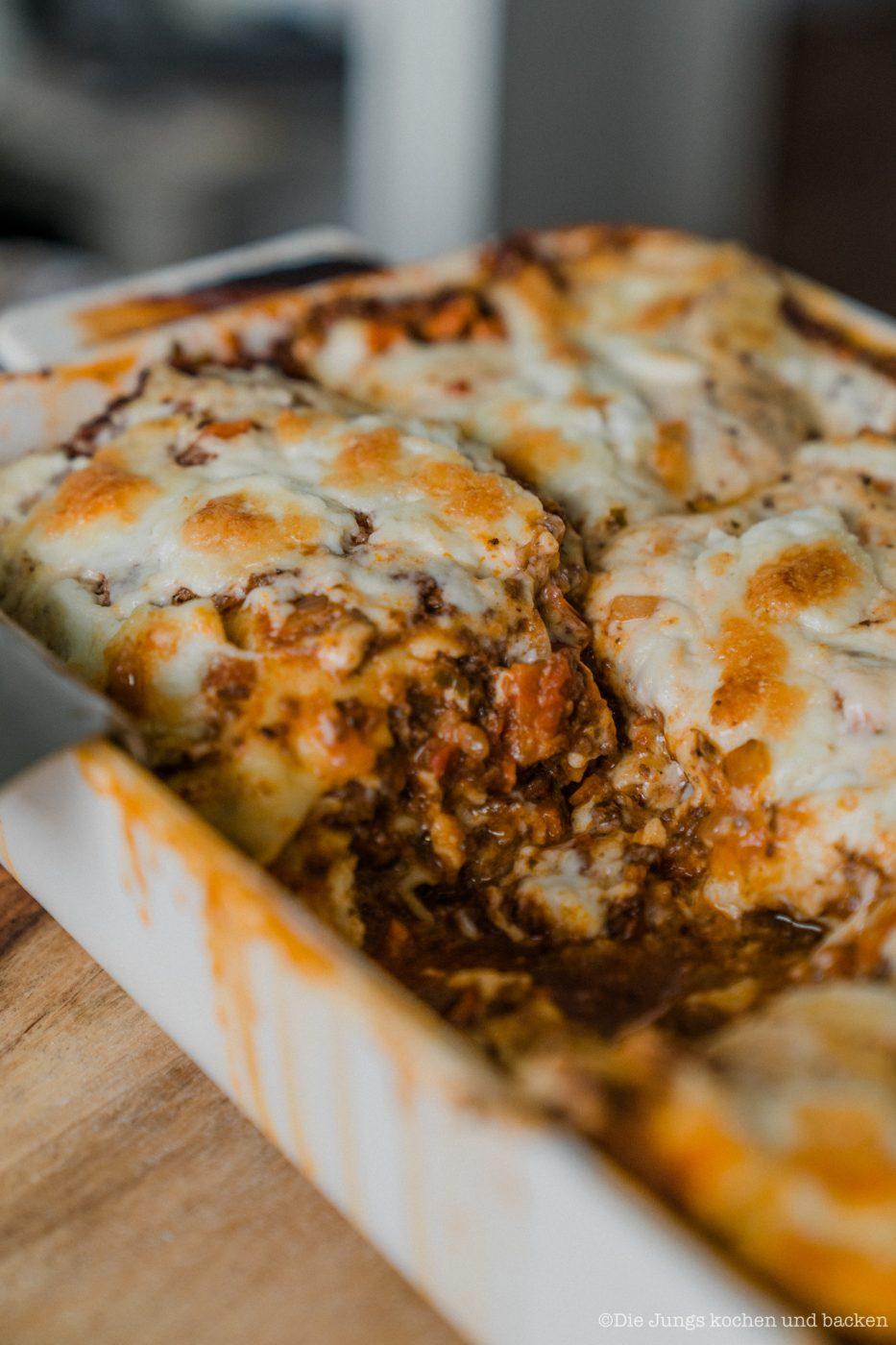 Lasagne al forno 13 | Nachdem wir jetzt in der vergangenen Woche selber Mehl gemahlen, Pastateig selber zu bereitet und natürlich auch damit Nudeln hergestellt haben, ist es wirklich Zeit dafür, unser uraltes Rezept für eine Lasagne al forno einmal ein wenig zu überholen. Da passte es doch perfekt, dass wir dringend ein wenig Comfort-Food brauchten, also Essen, bei dem es einem einfach gut gehen muss. Das Rezept stammt aus unseren Kinderschuhen aus dem Jahr 2013. Keine Sorge. Das Rezept war damals schon Klasse und wir haben es auch bis heute nicht verändert.