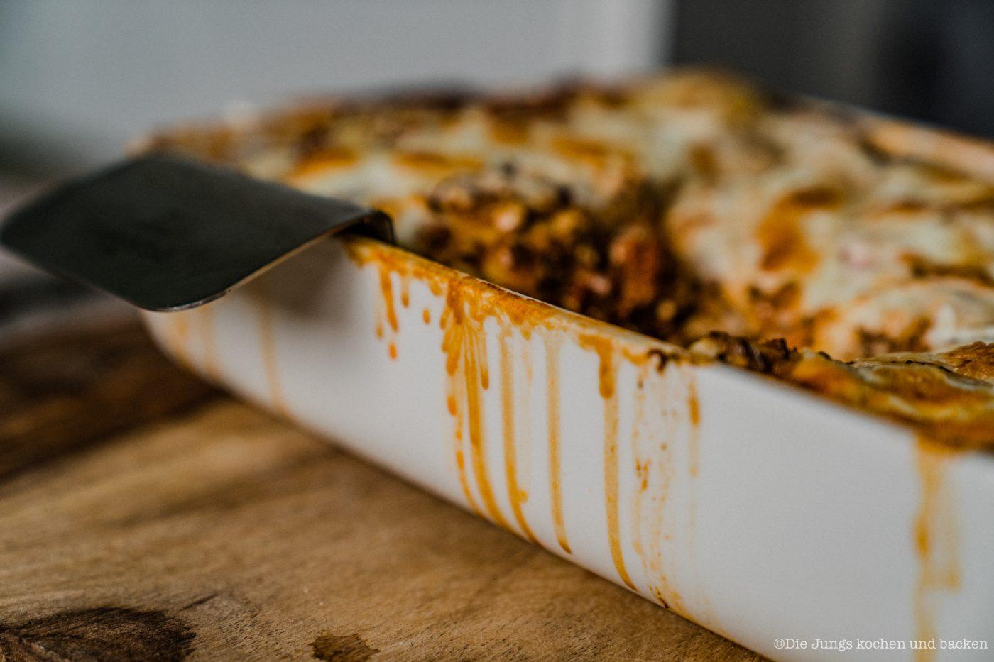 Lasagne al forno 14 | Nachdem wir jetzt in der vergangenen Woche selber Mehl gemahlen, Pastateig selber zu bereitet und natürlich auch damit Nudeln hergestellt haben, ist es wirklich Zeit dafür, unser uraltes Rezept für eine Lasagne al forno einmal ein wenig zu überholen. Da passte es doch perfekt, dass wir dringend ein wenig Comfort-Food brauchten, also Essen, bei dem es einem einfach gut gehen muss. Das Rezept stammt aus unseren Kinderschuhen aus dem Jahr 2013. Keine Sorge. Das Rezept war damals schon Klasse und wir haben es auch bis heute nicht verändert.
