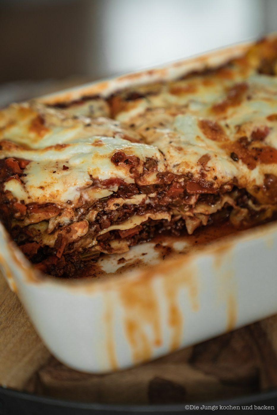 Lasagne al forno 18 | Nachdem wir jetzt in der vergangenen Woche selber Mehl gemahlen, Pastateig selber zu bereitet und natürlich auch damit Nudeln hergestellt haben, ist es wirklich Zeit dafür, unser uraltes Rezept für eine Lasagne al forno einmal ein wenig zu überholen. Da passte es doch perfekt, dass wir dringend ein wenig Comfort-Food brauchten, also Essen, bei dem es einem einfach gut gehen muss. Das Rezept stammt aus unseren Kinderschuhen aus dem Jahr 2013. Keine Sorge. Das Rezept war damals schon Klasse und wir haben es auch bis heute nicht verändert.