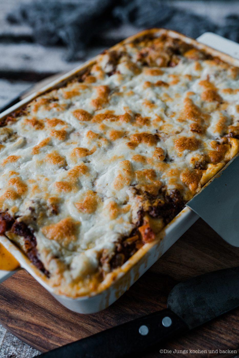 Lasagne al forno 4 | Nachdem wir jetzt in der vergangenen Woche selber Mehl gemahlen, Pastateig selber zu bereitet und natürlich auch damit Nudeln hergestellt haben, ist es wirklich Zeit dafür, unser uraltes Rezept für eine Lasagne al forno einmal ein wenig zu überholen. Da passte es doch perfekt, dass wir dringend ein wenig Comfort-Food brauchten, also Essen, bei dem es einem einfach gut gehen muss. Das Rezept stammt aus unseren Kinderschuhen aus dem Jahr 2013. Keine Sorge. Das Rezept war damals schon Klasse und wir haben es auch bis heute nicht verändert.