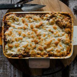 Lasagne al forno 6 | Nachdem wir jetzt in der vergangenen Woche selber Mehl gemahlen, Pastateig selber zu bereitet und natürlich auch damit Nudeln hergestellt haben, ist es wirklich Zeit dafür, unser uraltes Rezept für eine Lasagne al forno einmal ein wenig zu überholen. Da passte es doch perfekt, dass wir dringend ein wenig Comfort-Food brauchten, also Essen, bei dem es einem einfach gut gehen muss. Das Rezept stammt aus unseren Kinderschuhen aus dem Jahr 2013. Keine Sorge. Das Rezept war damals schon Klasse und wir haben es auch bis heute nicht verändert.