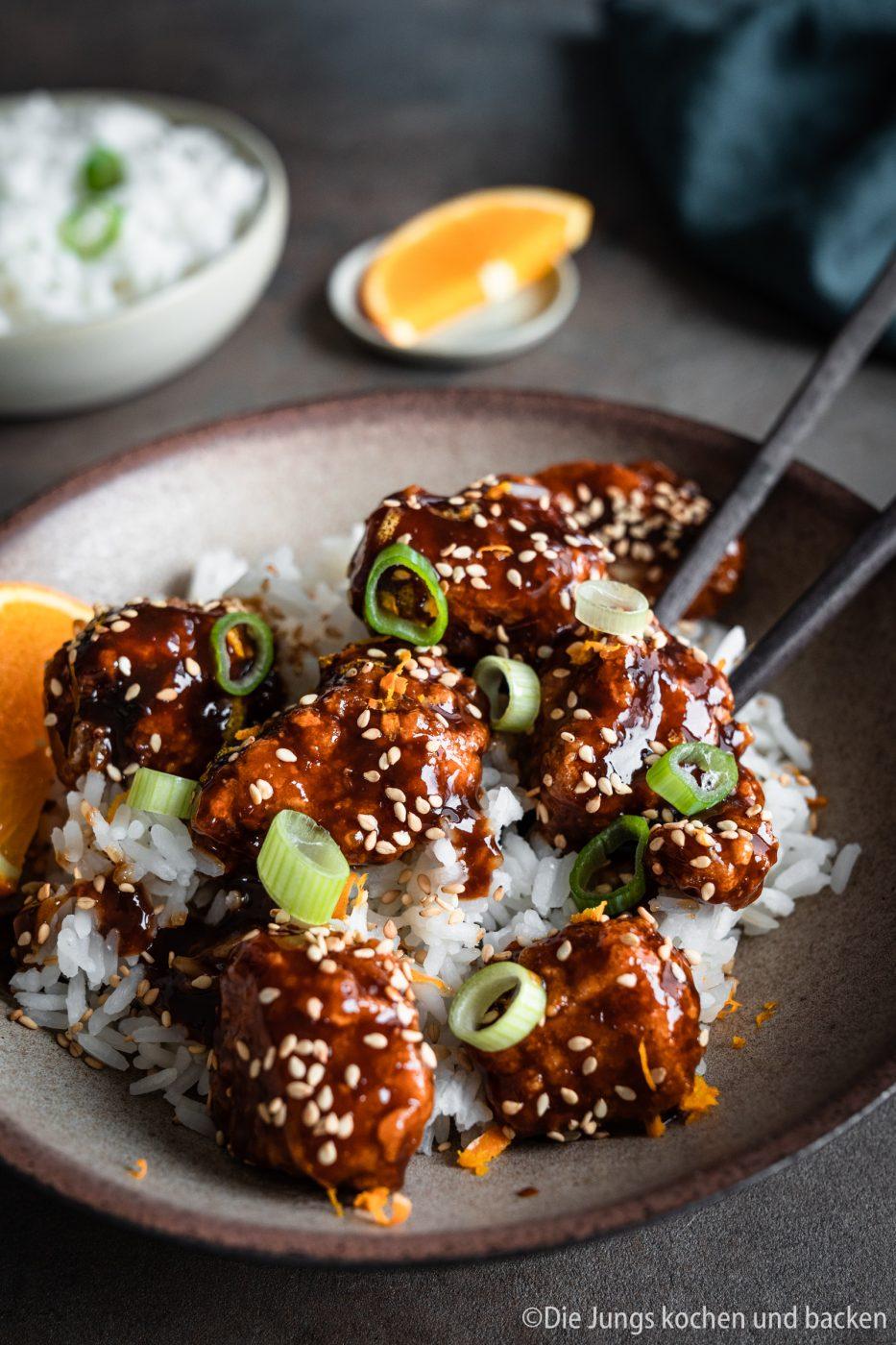 Orange Chicken 5 | Wie steht ihr zu herzhaften Gerichten mit einer süßlichen Komponente? Ich liebe es!!! Meine erste Berührungspunkte damit hatte ich im asiatischen Essen. Als es das erste mal ein mildes Curry mit Früchten bei mir gab, war es um mich geschehen ... na ja, es ist sogar ein wenig mehr als das. Sobald ich etwas auf einer Speisekarte erblicke, das mit süßen, fruchtigen Aromen gemacht ist, weiß Torsten sofort, was ich bestelle. Genau so ging es mir bei unserem heutigen Rezept, das mich von der Karte anlächelte und seither kochen wir beide es immer wieder gerne selber in unserer Küche - Orange Chicken!