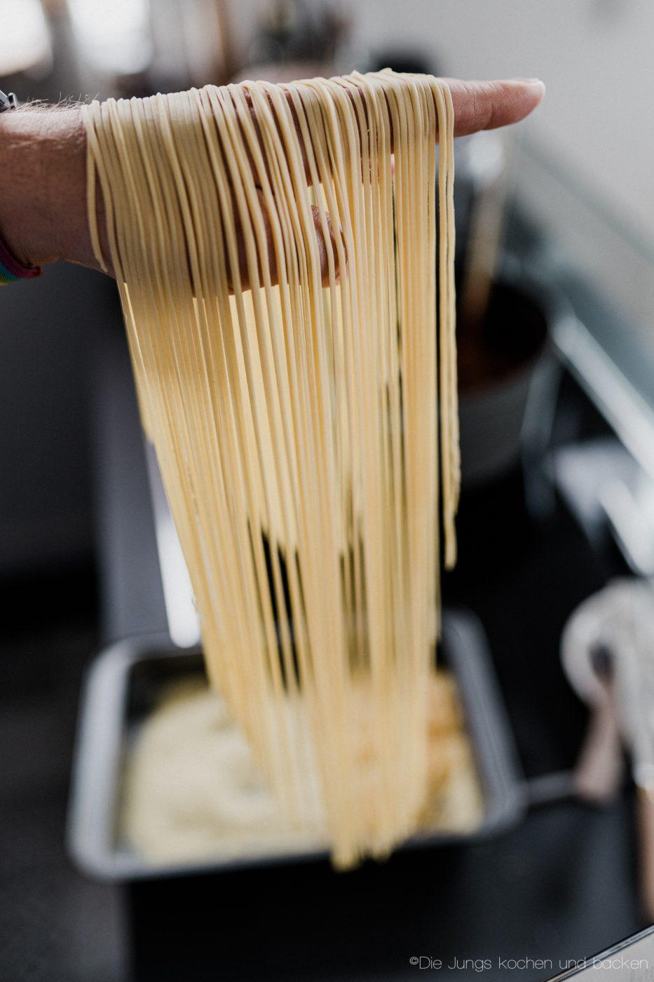 Pasta Grundrezept 14 | Wir beide essen wirklich selten Pasta. Nicht, weil wir sie nicht mögen ... ganz im Gegenteil, sondern weil wir unter der Woche immer mehr versuchen, nicht zu viele Kohlenhydrate zu futtern. Aber so ganz klappt das natürlich nicht immer. Da wollen wir mal ganz ehrlich sein. Wenn wir dann aber Nudeln kochen wollen, dann sind die aus selbst gemachtem Pastateig mittlerweile Pflicht.