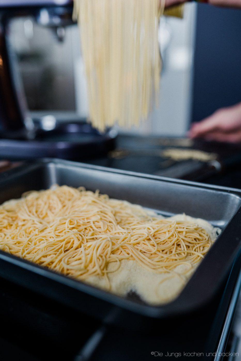 Pasta Grundrezept 15 | Wir beide essen wirklich selten Pasta. Nicht, weil wir sie nicht mögen ... ganz im Gegenteil, sondern weil wir unter der Woche immer mehr versuchen, nicht zu viele Kohlenhydrate zu futtern. Aber so ganz klappt das natürlich nicht immer. Da wollen wir mal ganz ehrlich sein. Wenn wir dann aber Nudeln kochen wollen, dann sind die aus selbst gemachtem Pastateig mittlerweile Pflicht.