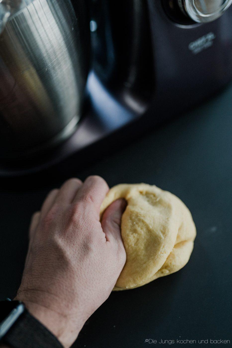 Pasta Grundrezept 5 | Wir beide essen wirklich selten Pasta. Nicht, weil wir sie nicht mögen ... ganz im Gegenteil, sondern weil wir unter der Woche immer mehr versuchen, nicht zu viele Kohlenhydrate zu futtern. Aber so ganz klappt das natürlich nicht immer. Da wollen wir mal ganz ehrlich sein. Wenn wir dann aber Nudeln kochen wollen, dann sind die aus selbst gemachtem Pastateig mittlerweile Pflicht.