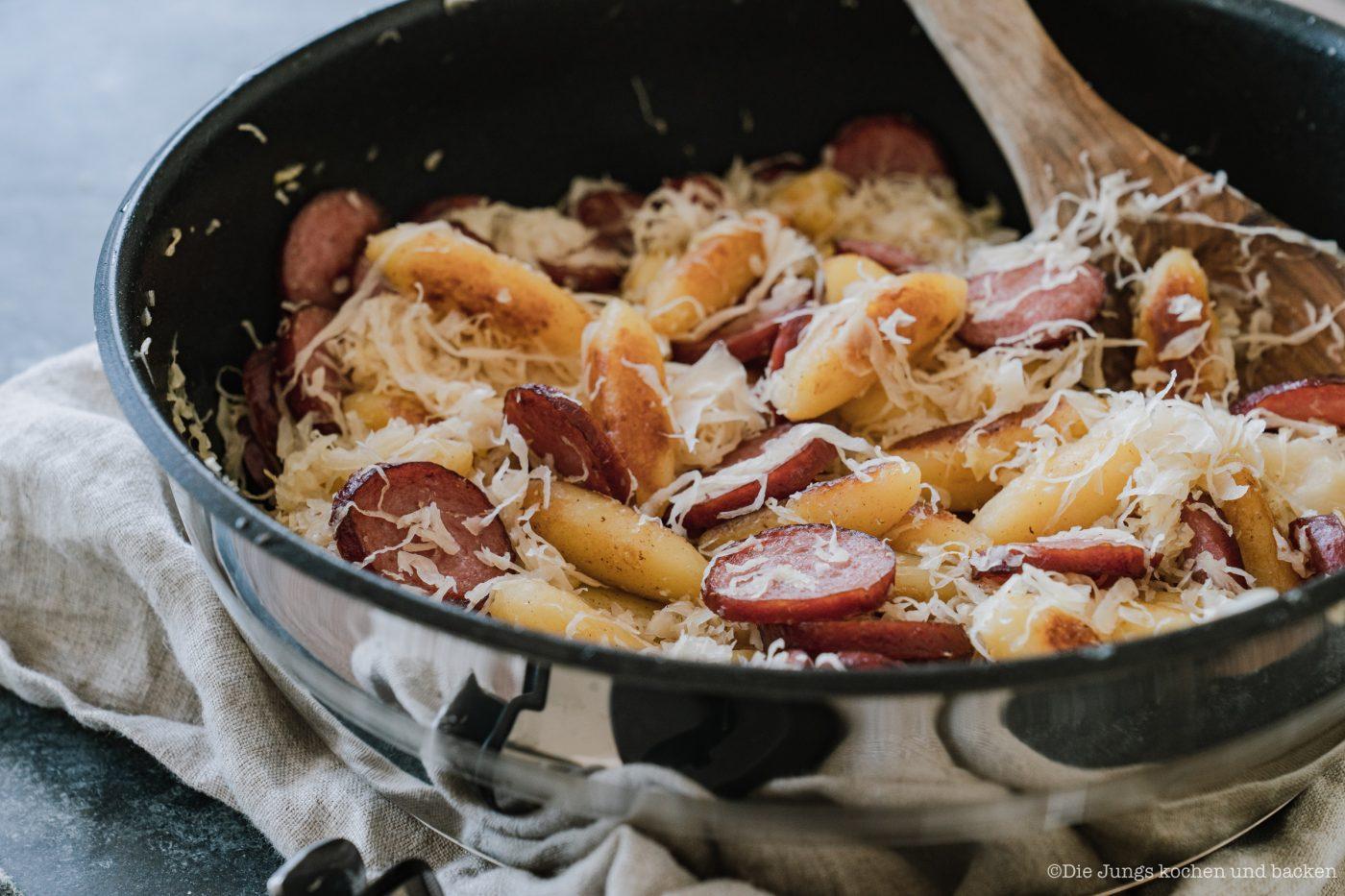 Tefal Pfannengerichte 17 | Heute ist der Tag der Kartoffel. Und wir feiern das leckere Gemüse mit unserem Abschlussrezept in unserer Kartoffelwoche. Nachdem wir euch schon ein Parfait und einen Kuchen mit der Kartoffel gezeigt haben, ist heute ein geniales Ofenkartoffel Rezept an der Reihe. Aber keine Sorge es wird sommerlich und unsere Sommer-Kartoffeln mit Burratamit seinem feinen Zitronenaroma aus der Tefal Ingeniopasst perfekt zu den sommerlichen Temperaturen momentan - aber auch zu jeder anderen Gelegenheit.