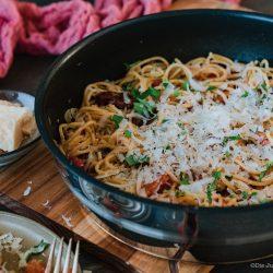 """Tefal Pfannengerichte 35   Der """"One Pan"""" oder """"One Pot""""-Trend ist definitiv kein neuer, aber man sagt ja nicht umsonst """"Oldie but Goldie"""". Wir sind immer noch riesen Fans dieser Zubereitungsmethode. Denn sie ist so unkompliziert und schnell - einfach perfekt für ein flottes Lunch im Home-Office oder auch am Abend als Feierabendküche. Unsere schnelle Pasta mit Tomate & Knoblauch ist also so schnell auf dem Tisch, das ihr es selbst kaum glauben könnt. Alles was ihr braucht ist eine Pfanne und 20 Minuten!"""