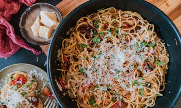 Schnelle Pasta mit Tomate & Knoblauch