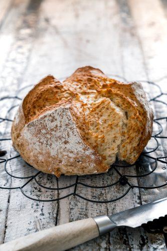 schnelles Quarkbrot ohne Hefe 1 | Brot zu backen, ist eine unserer liebsten Dinge!! Brot ist so vielfältig, unfassbar lecker und vom Duft beim Backen, fangen wir gar nicht erst an. Jetzt ist ein Brot nicht immer schnell gemacht, aber das muss nicht sein. Wenn es mal flott gehen soll, keine Hefe im Haus ist oder es Sonntag ist und alle Geschäfte geschlossen haben?? - Unser schnelles Quarkbrot ist die Lösung!