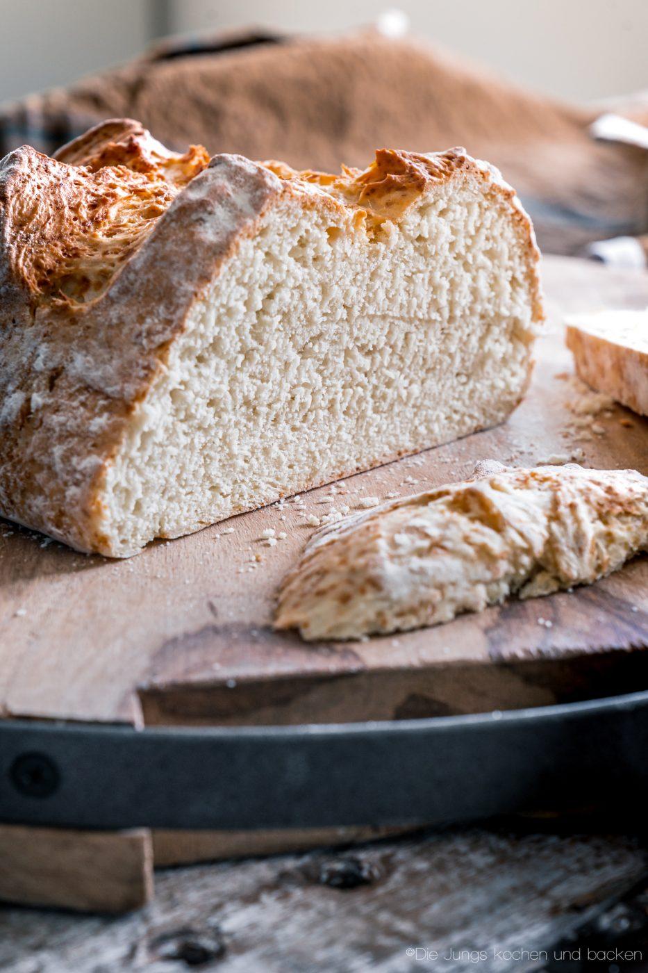 schnelles Quarkbrot ohne Hefe 5 | Brot zu backen, ist eine unserer liebsten Dinge!! Brot ist so vielfältig, unfassbar lecker und vom Duft beim Backen, fangen wir gar nicht erst an. Jetzt ist ein Brot nicht immer schnell gemacht, aber das muss nicht sein. Wenn es mal flott gehen soll, keine Hefe im Haus ist oder es Sonntag ist und alle Geschäfte geschlossen haben?? - Unser schnelles Quarkbrot ist die Lösung!