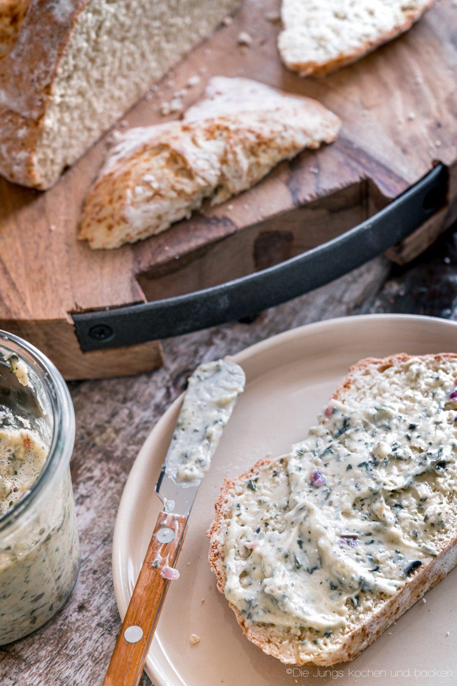 schnelles Quarkbrot ohne Hefe 6 | Brot zu backen, ist eine unserer liebsten Dinge!! Brot ist so vielfältig, unfassbar lecker und vom Duft beim Backen, fangen wir gar nicht erst an. Jetzt ist ein Brot nicht immer schnell gemacht, aber das muss nicht sein. Wenn es mal flott gehen soll, keine Hefe im Haus ist oder es Sonntag ist und alle Geschäfte geschlossen haben?? - Unser schnelles Quarkbrot ist die Lösung!
