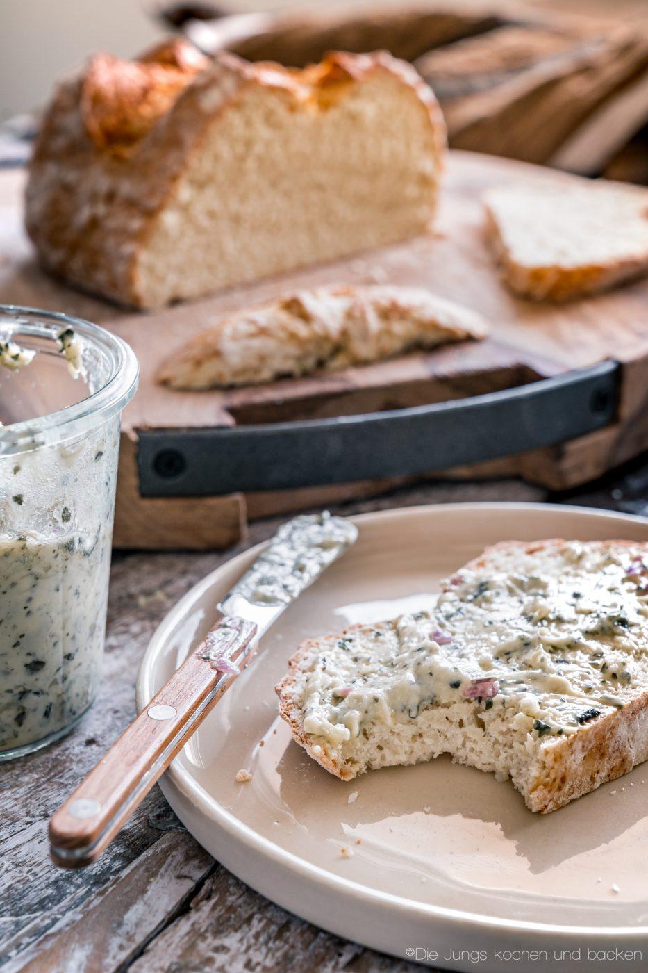 schnelles Quarkbrot ohne Hefe 8 | Brot zu backen, ist eine unserer liebsten Dinge!! Brot ist so vielfältig, unfassbar lecker und vom Duft beim Backen, fangen wir gar nicht erst an. Jetzt ist ein Brot nicht immer schnell gemacht, aber das muss nicht sein. Wenn es mal flott gehen soll, keine Hefe im Haus ist oder es Sonntag ist und alle Geschäfte geschlossen haben?? - Unser schnelles Quarkbrot ist die Lösung!