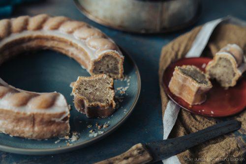 Rezept für einen super saftigen Bananenkuchen mit Zitrone & Haselnuss. Eine tolle Aromenkombination, die süchtig macht - wir haben euch gewarnt!