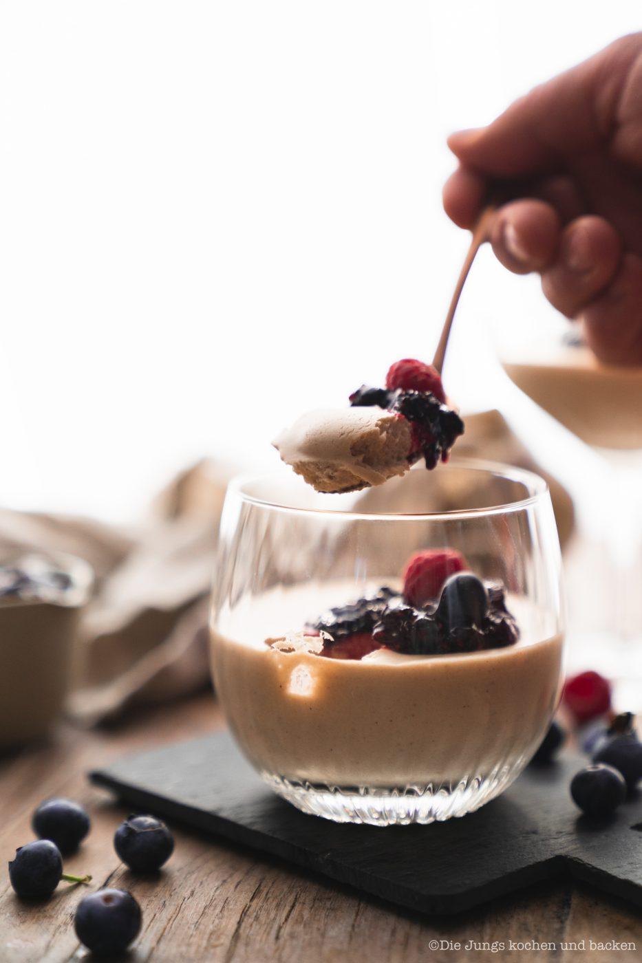 Bayerische Creme Zwiesel 17 | Wir haben ein Rezept für einen absoluten Creme-Klassiker dabei - Bayerische Creme! Wir servieren die leckere Creme in Gläsern, denn wir haben uns mal wieder mit unserem Partner Zwiesel Glas zusammengetan. Gläser können eben nicht nur das Beste aus Weinen und Drinks hervorlocken, sie sind auch ein Hingucker für die Vielzahl an Glasdesserts! Gerade für Parties oder generell, wenn wir für mehrere Personen kochen, ist ein Dessert aus dem Glas einfach unglaublich praktisch. Wie wir auf die Idee kamen? Zwiesel Glas sitzt im bayerischen Wald. Also haben wir mit ihnen bayerische Creme gemacht ... logisch, oder?!