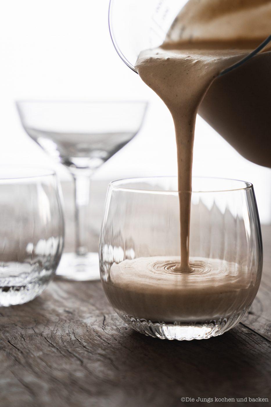 Bayerische Creme Zwiesel 4 | Wir haben ein Rezept für einen absoluten Creme-Klassiker dabei - Bayerische Creme! Wir servieren die leckere Creme in Gläsern, denn wir haben uns mal wieder mit unserem Partner Zwiesel Glas zusammengetan. Gläser können eben nicht nur das Beste aus Weinen und Drinks hervorlocken, sie sind auch ein Hingucker für die Vielzahl an Glasdesserts! Gerade für Parties oder generell, wenn wir für mehrere Personen kochen, ist ein Dessert aus dem Glas einfach unglaublich praktisch. Wie wir auf die Idee kamen? Zwiesel Glas sitzt im bayerischen Wald. Also haben wir mit ihnen bayerische Creme gemacht ... logisch, oder?!