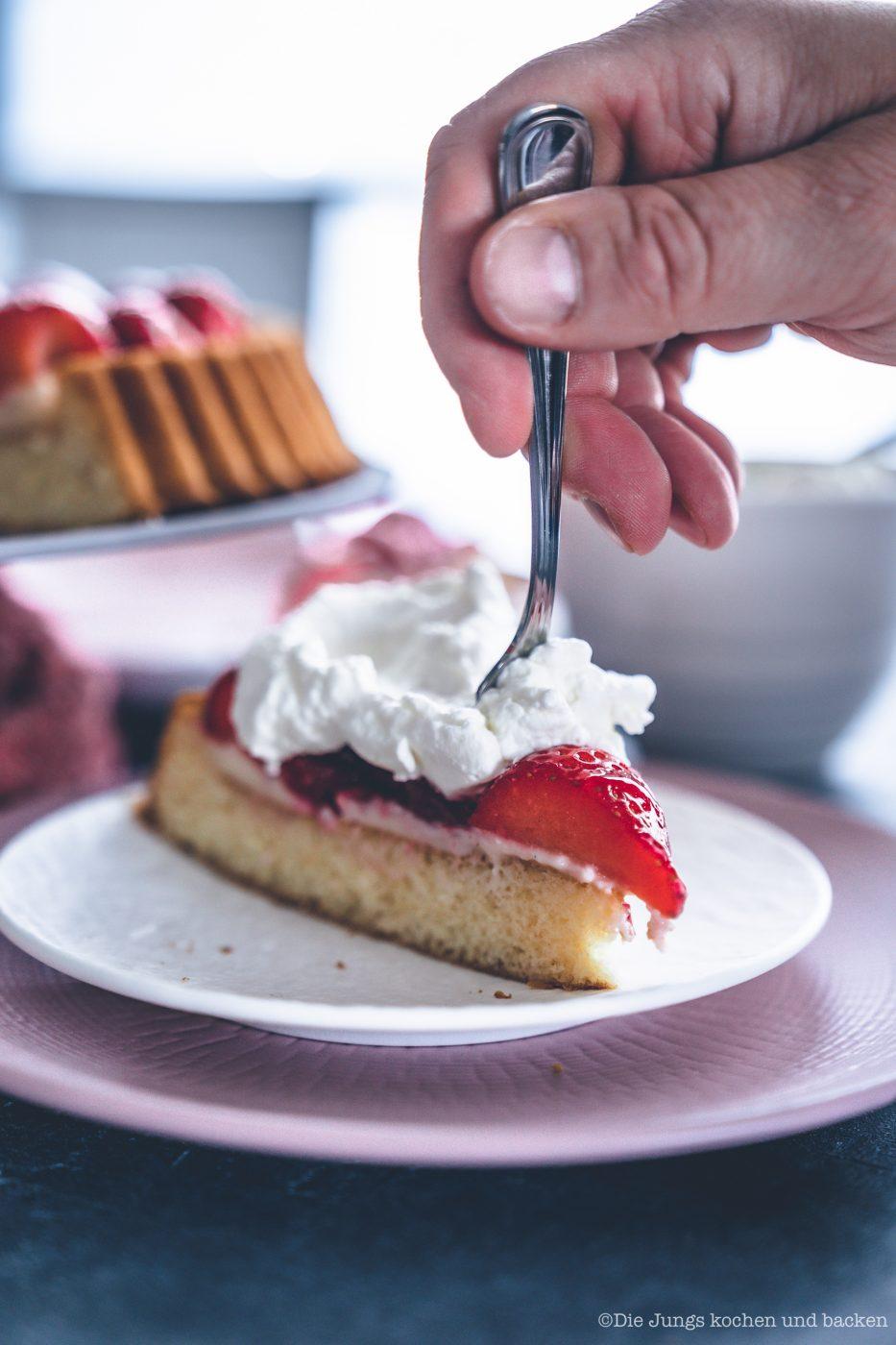 Erdbeerkuchen mit Pudding 12 | Heute kommen wir wieder mit einem schnellen Klassiker von zu Hause. Eine ganz klassischee Erdbeerkuchen mit Pudding. Ein simpler Obstboden mit etwas Puddingcreme und frischen Erdbeeren drauf. Das ist auch wieder so etwas, dass Oma Lore früher immer schnell mal so aus dem Nichts gezaubert hat. Immer dann, wenn entweder unangekündigter Besuch vor der Türe stand oder sie die Erdbeeren aus dem Garten verarbeiten wollte, damit sie sich nicht zu lange im Kühlschrank stapelten.