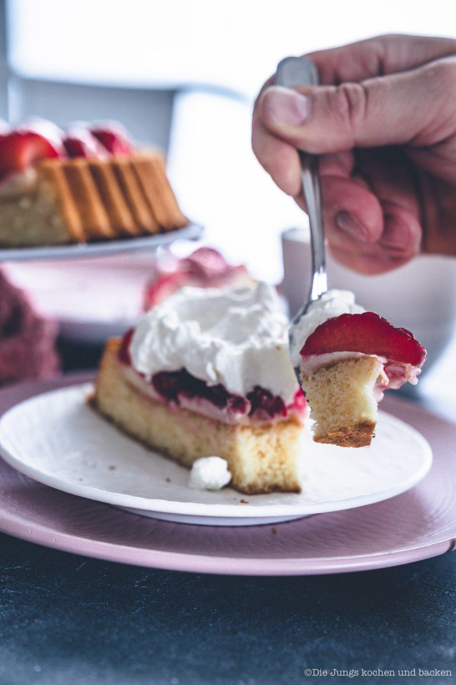Erdbeerkuchen mit Pudding 13 | Heute kommen wir wieder mit einem schnellen Klassiker von zu Hause. Eine ganz klassischee Erdbeerkuchen mit Pudding. Ein simpler Obstboden mit etwas Puddingcreme und frischen Erdbeeren drauf. Das ist auch wieder so etwas, dass Oma Lore früher immer schnell mal so aus dem Nichts gezaubert hat. Immer dann, wenn entweder unangekündigter Besuch vor der Türe stand oder sie die Erdbeeren aus dem Garten verarbeiten wollte, damit sie sich nicht zu lange im Kühlschrank stapelten.