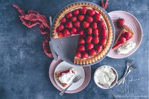 Erdbeerkuchen mit Pudding 16 | Kuchen, Torte und Erdbeeren, darauf freue ich mich immer wie ein kleines Kind! Ihr auch? Irgendwie lieben wir beide aromatische Erdbeeren in allen Formen und daher sind sie natürlich auch zum Backen die perfekten Begleiter. Allerdings backen wir heute gar nicht so richtig, denn unsere Erdbeer-Tiramisu Torte benötigt gar keinen Ofen! Unsere Kenwood Cooking Chef XL und einen Kühlschrank ...mehr braucht es nicht zu diesem himmlischen Genuss.