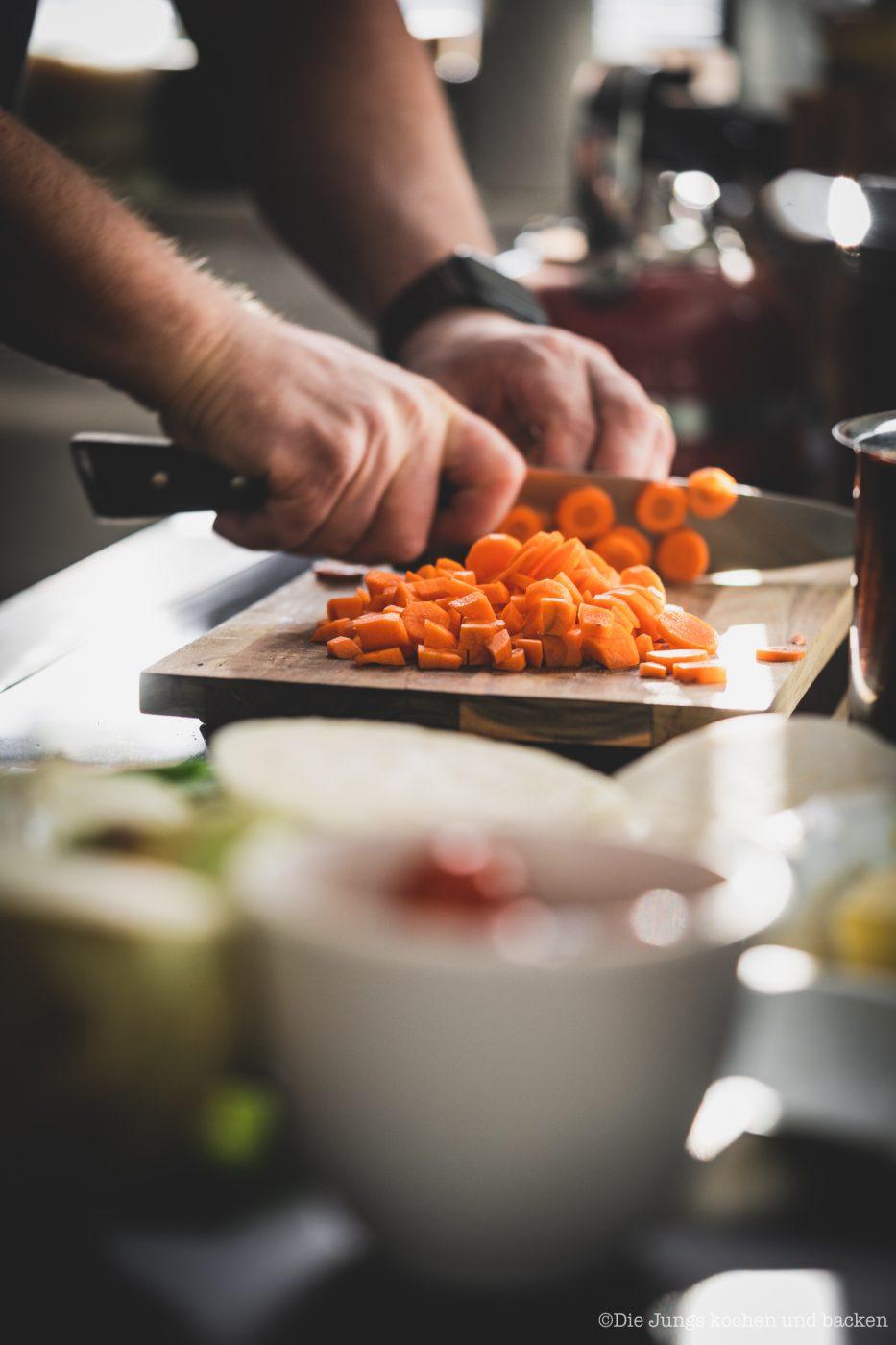 Italienische Minestrone Gemüsesuppe 3 | Wir haben uns, wie vermutlich die meisten von euch auch, vor ein paar Wochen mit so einigen Lebensmitteln eingedeckt, um schnell einmal etwas auf den Tisch zu bekommen. Da momentan die Kantine ja wegfällt und wir unser Mittagessen zu Hause zubereiten müssen, sind da auch viele frische Zutaten bei gewesen. Bei uns zumindest. Aber die müssen ja auch verbraucht werden. Und da wir bisher noch keine Minestrone gekocht haben, war das ein gesetztes Mittagessen.