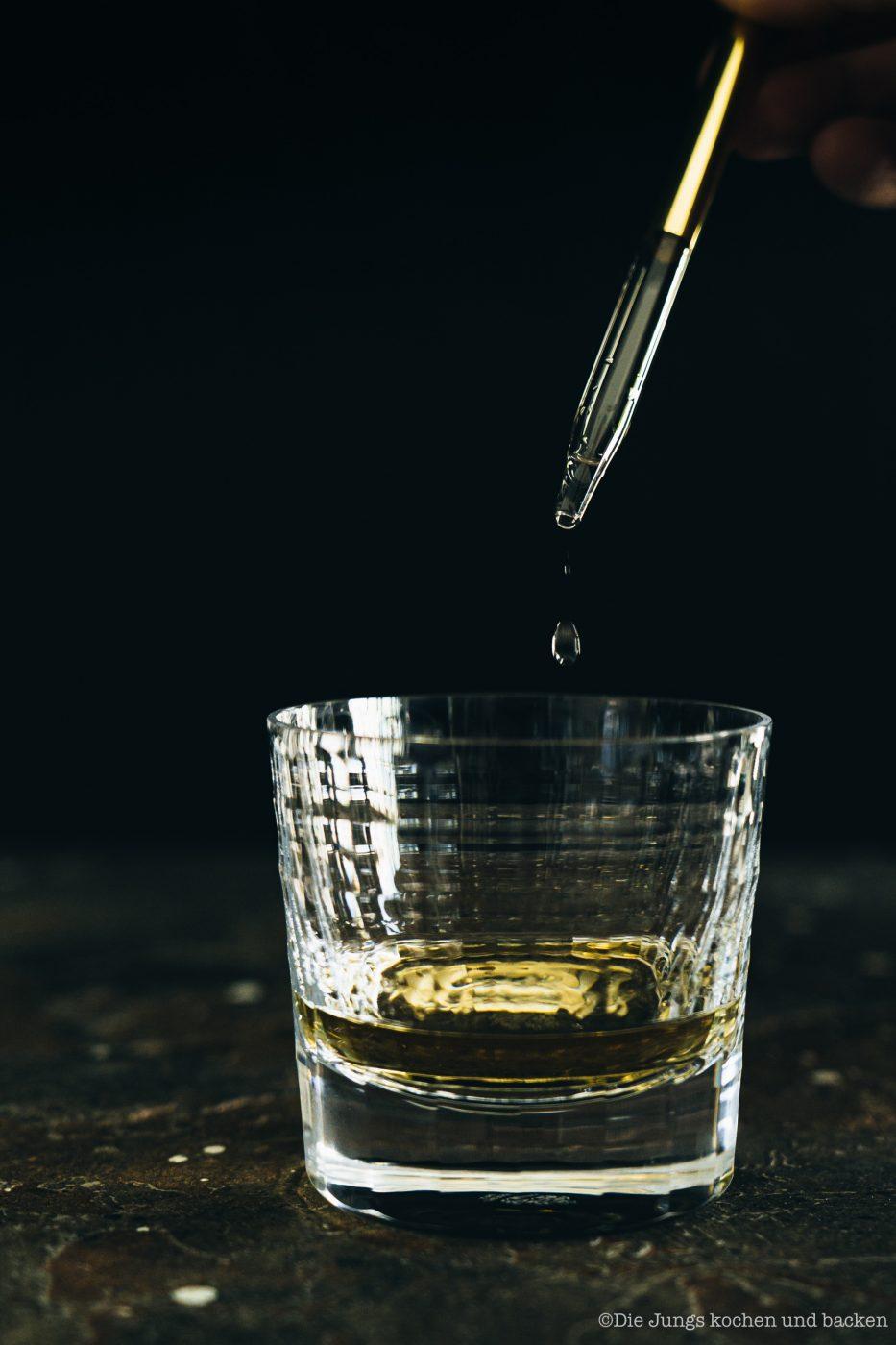 SMWS Bl%C3%A4tterteig happen 12 | Heute haben wir quasi gleich zwei Rezepte für euch im Gepäck, denn wir sind echte Fans von diesen leckeren Kleinigkeiten - Snacks mit wenigen Zutaten, die super flott gemacht sind . Und obendrein haben wir noch ein paar wirklich schöne Informationen für alle Whisky Liebhaber. Und natürlich auch für die, die es noch werden wollen. Außerdem geht es um Foodpairing mit Whisky. Und genau dafür haben wir die beiden Rezepte umgesetzt. Als erstes fangen wir hier mit unseren Blätterteig-Happen mit Knoblauch und Tomate an. Ich finde, das klingt schon mal nach einer perfekten Grundlage, um ein Whisky Tasting zu starten.
