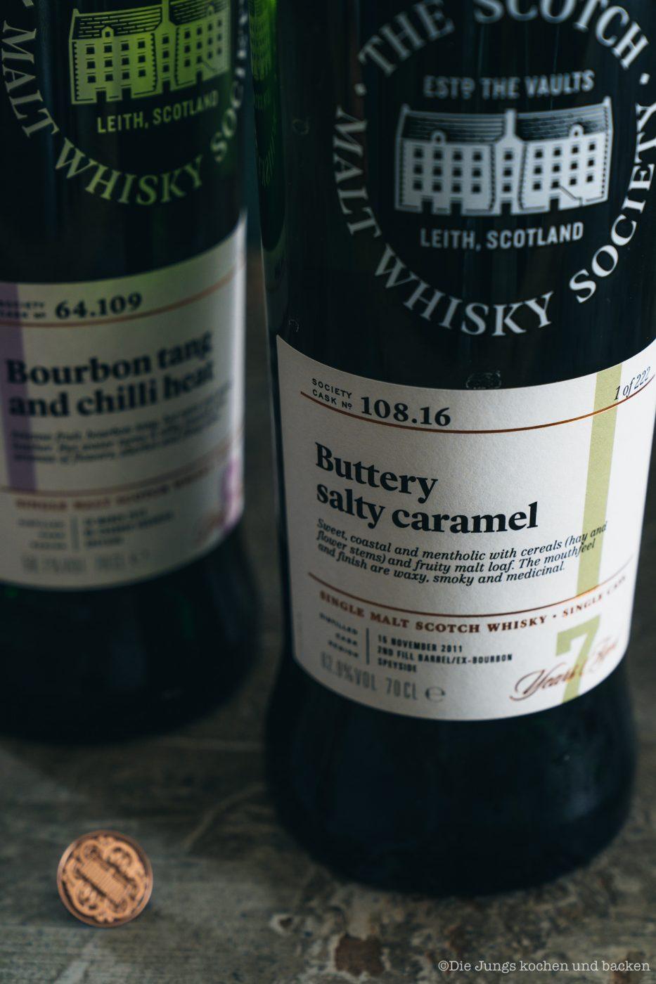 SMWS Bl%C3%A4tterteig happen 2 | Heute haben wir quasi gleich zwei Rezepte für euch im Gepäck, denn wir sind echte Fans von diesen leckeren Kleinigkeiten - Snacks mit wenigen Zutaten, die super flott gemacht sind . Und obendrein haben wir noch ein paar wirklich schöne Informationen für alle Whisky Liebhaber. Und natürlich auch für die, die es noch werden wollen. Außerdem geht es um Foodpairing mit Whisky. Und genau dafür haben wir die beiden Rezepte umgesetzt. Als erstes fangen wir hier mit unseren Blätterteig-Happen mit Knoblauch und Tomate an. Ich finde, das klingt schon mal nach einer perfekten Grundlage, um ein Whisky Tasting zu starten.