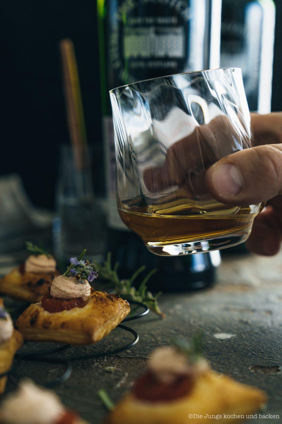 SMWS Bl%C3%A4tterteig happen 20 | Heute haben wir quasi gleich zwei Rezepte für euch im Gepäck, denn wir sind echte Fans von diesen leckeren Kleinigkeiten - Snacks mit wenigen Zutaten, die super flott gemacht sind . Und obendrein haben wir noch ein paar wirklich schöne Informationen für alle Whisky Liebhaber. Und natürlich auch für die, die es noch werden wollen. Außerdem geht es um Foodpairing mit Whisky. Und genau dafür haben wir die beiden Rezepte umgesetzt. Als erstes fangen wir hier mit unseren Blätterteig-Happen mit Knoblauch und Tomate an. Ich finde, das klingt schon mal nach einer perfekten Grundlage, um ein Whisky Tasting zu starten.
