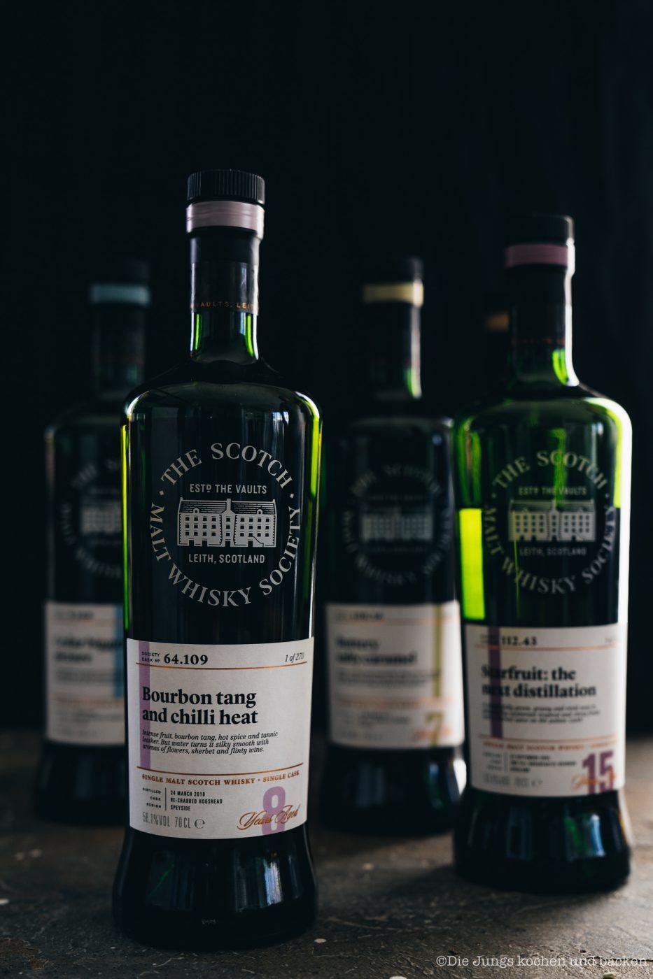 SMWS Bl%C3%A4tterteig happen 22 | Heute haben wir quasi gleich zwei Rezepte für euch im Gepäck, denn wir sind echte Fans von diesen leckeren Kleinigkeiten - Snacks mit wenigen Zutaten, die super flott gemacht sind . Und obendrein haben wir noch ein paar wirklich schöne Informationen für alle Whisky Liebhaber. Und natürlich auch für die, die es noch werden wollen. Außerdem geht es um Foodpairing mit Whisky. Und genau dafür haben wir die beiden Rezepte umgesetzt. Als erstes fangen wir hier mit unseren Blätterteig-Happen mit Knoblauch und Tomate an. Ich finde, das klingt schon mal nach einer perfekten Grundlage, um ein Whisky Tasting zu starten.