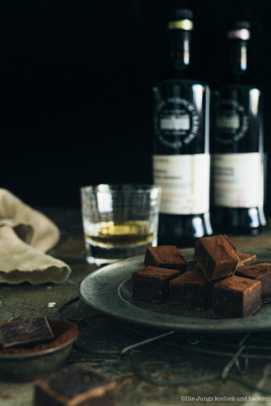 SMWS Bl%C3%A4tterteig happen 7 | Heute haben wir quasi gleich zwei Rezepte für euch im Gepäck, denn wir sind echte Fans von diesen leckeren Kleinigkeiten - Snacks mit wenigen Zutaten, die super flott gemacht sind . Und obendrein haben wir noch ein paar wirklich schöne Informationen für alle Whisky Liebhaber. Und natürlich auch für die, die es noch werden wollen. Außerdem geht es um Foodpairing mit Whisky. Und genau dafür haben wir die beiden Rezepte umgesetzt. Als erstes fangen wir hier mit unseren Blätterteig-Happen mit Knoblauch und Tomate an. Ich finde, das klingt schon mal nach einer perfekten Grundlage, um ein Whisky Tasting zu starten.