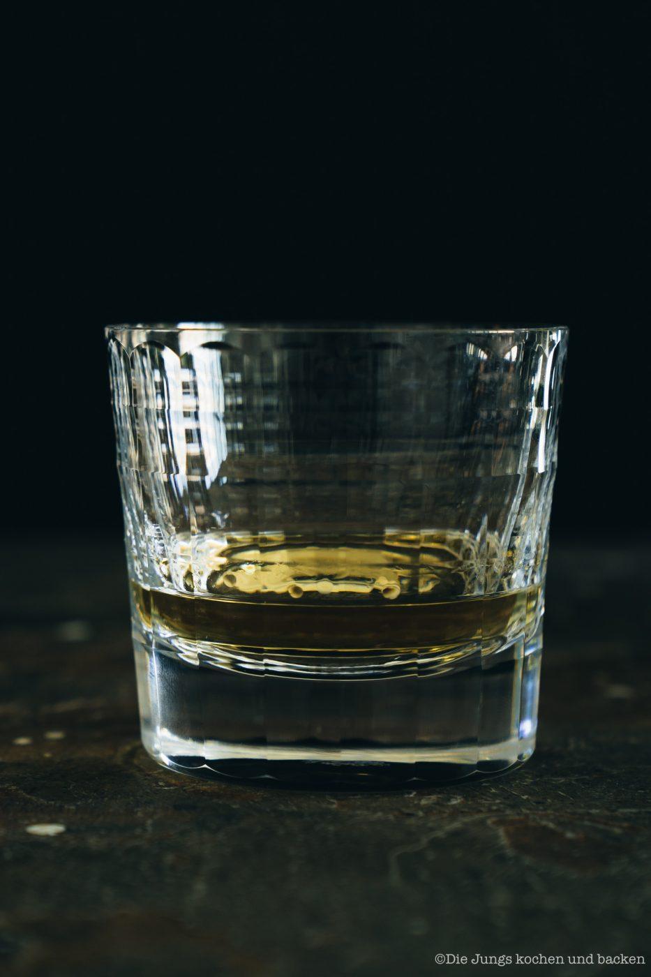 SMWS Bl%C3%A4tterteig happen 9 | Heute haben wir quasi gleich zwei Rezepte für euch im Gepäck, denn wir sind echte Fans von diesen leckeren Kleinigkeiten - Snacks mit wenigen Zutaten, die super flott gemacht sind . Und obendrein haben wir noch ein paar wirklich schöne Informationen für alle Whisky Liebhaber. Und natürlich auch für die, die es noch werden wollen. Außerdem geht es um Foodpairing mit Whisky. Und genau dafür haben wir die beiden Rezepte umgesetzt. Als erstes fangen wir hier mit unseren Blätterteig-Happen mit Knoblauch und Tomate an. Ich finde, das klingt schon mal nach einer perfekten Grundlage, um ein Whisky Tasting zu starten.